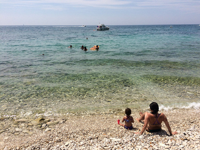 pequena na viagem, croácia, KAšTELAN, praia