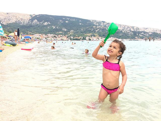 pequena na viagem, croácia, KRK, Baška, praia olivia