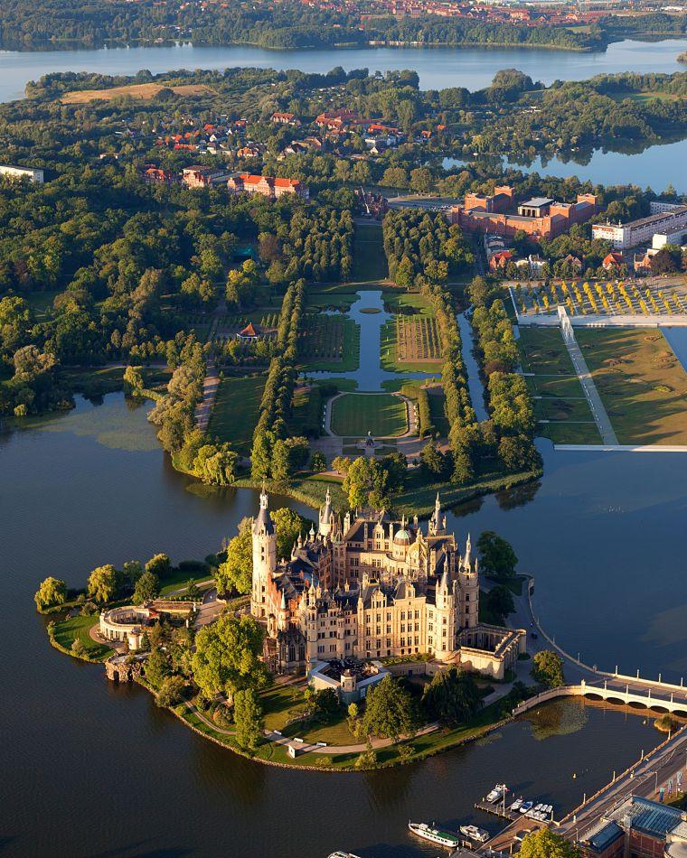 Schwerin_Castle_Aerial_View_Island_Luftbild_Schweriner_Schloss_Insel_See.jpg
